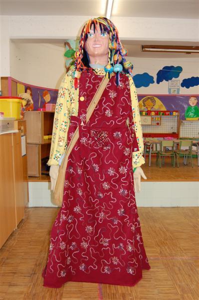 Us presentem a la Carmela Cimanya, la geganta de la nostra escola, que participa en totes les festes de l'escola i en altres del barri.